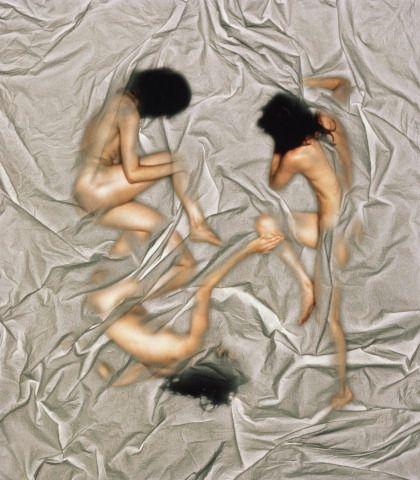 Uykuda seks hastalık mı?    • Araştırmacıların son gözdesi henüz tedavi yolu bulunamayan 'uykuda seks' hastalığı seksomnia...  • New Scientist dergisine konu olan hastalık, 'Uyku halindeyken cinsel ilişkiye girme ihtiyacı hissetme' olarak tanımlanıyor. Araştırmalarsa hastaların durumlarından utanmaları ve doktora açıklama yapamamaları nedeniyle ağır ilerliyor.  • Hastalık, ilişkileri de olumsuz etkiliyor. Dergiye konuşan hastalardan Lisa Mahoney, 'Kontrol altına alamadığım bu aptalca durum beni korkutuyor ve uzun vadede ilişkimi bozmasından endişe ediyorum' diyor. Araştırmacıların büyük kısmına göre seksomnia, uykuyla uyanıklık arasında kalınan uyurgezerliğin bir türü.
